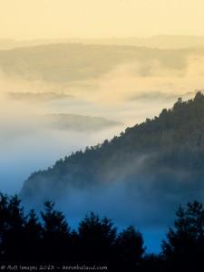 Valée dans la brume